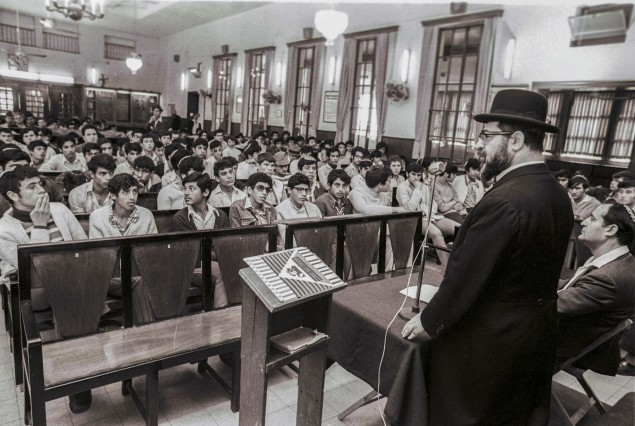 Rabbi Ovadia Yosef speaking to religious students before their induction into the IDF (1973).  Photo: Israel Sun