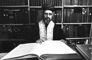 Rabbi Ovadia Yosef learning in his home (October 18, 1972). Photo: Israel Sun